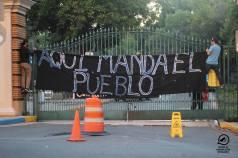 Pancarta desplegada en el porton principal proclamando la soberania del pueblo.