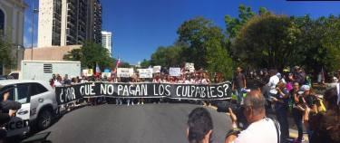 Pancarta reclamando a la JCF y al gobierno de Ricardo Rossello.